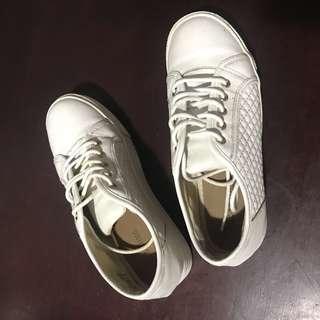 👟white sneakers