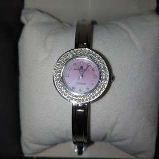 🚚 義大利品牌 ferragamo 鑽錶! 進95 成新 !金屬部分沒有髮絲紋 ! 這一款手錶帶起來超美! 這一款錶帶起來有點點蕭邦的味道