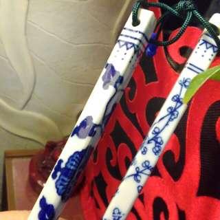 古件富貴人家的骨瓷筷子一雙。爺字輩流傳下來的。未使用。