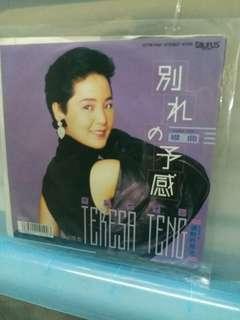 邓丽君(日本造黑膠7吋细碟)不是大碟刚有条友冇睇清楚嘥我車费時間。大碟边有咁平,吹漲米玩啦哥哥仔