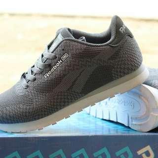 Sepatu cewek sport. Sepatu olah raga. Sepatu jogging
