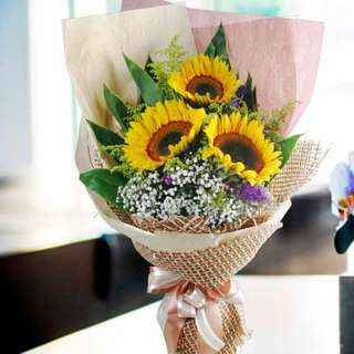 [FREE DELIVERY] 3 Sunflowers Long-wrapping Hand-bouquet (001-SU)
