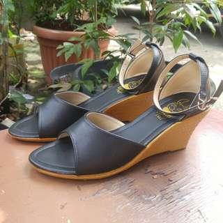 Sepatu wedges black