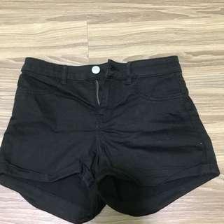 黑色百搭短褲