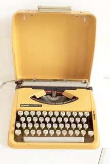 Vintage Portable Square Typewriter - OLIVETTI LETTERA 82
