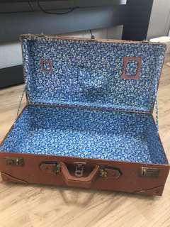 Vintage 有年代的藍碎花內裏老皮箱