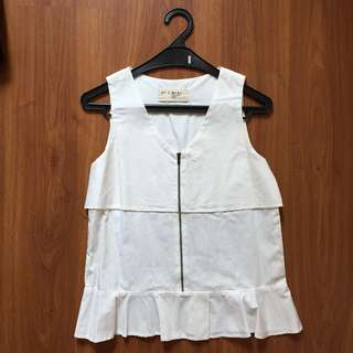 (X) S.M.L. White sleeveless top with zipper