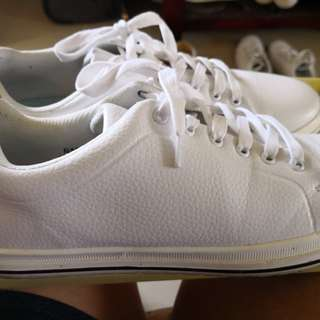 WHITE SNEAKERS SIZE (Size 10 for women and 6 for men)
