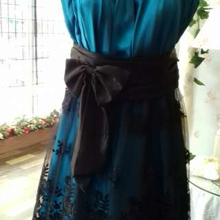 Dress in blue and with black lace
