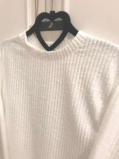 🚚 白色素刻紋上衣