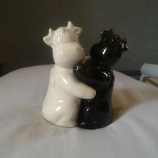 Embracing Cow salt & pepper container