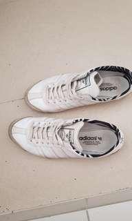 (IMMEDIATE  CLOSE @$13) Selling used Adidas shoe
