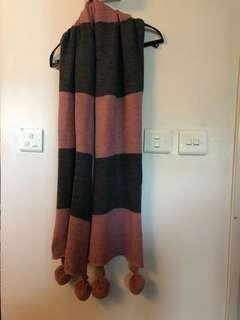 橫間粉紅灰色配搭毛冷圍巾