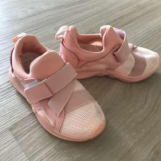 Kid sneaker shoe pink