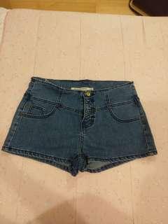 🚚 牛仔排扣短褲