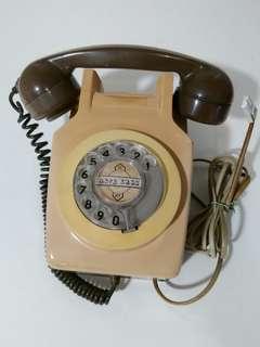 電話公司掛牆電話。