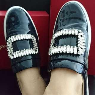 Roger Vivier 25MM SNEAKY VIV PATENT LEATHER SNEAKERS 水晶扣平底休閒鞋 代購 (若需其他顏色或材質可詢問)