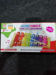 HAND KNOCKS THE XYLOPHONE