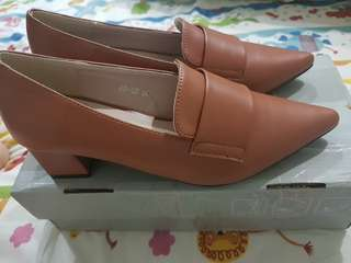 BN point toe loafers in camel brown size 36