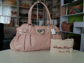 AUTHENTIC SALVATORE FERRAGAMO HANDBAG MADE IN ITALY TINGGI 23CM X LEBAR 39CM GOOD CONDITION RM750 C.O.D USNASAPRELOVED http://www.wasap.my/60104550163