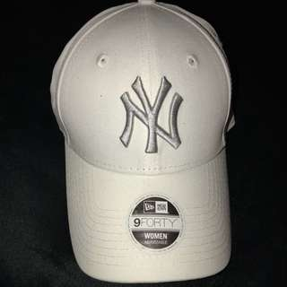 WHITE AND SILVER NY YANKEES CAP