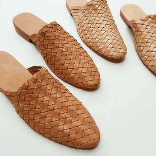 🚚 Woman's Woven leather loafers or mules