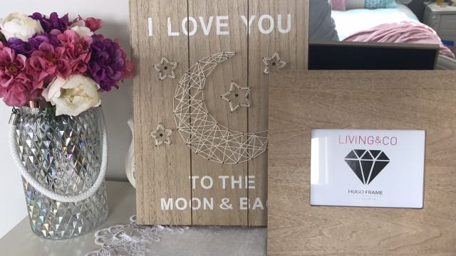 """""""Iloveyou"""" lightup box sign + frame on the right"""