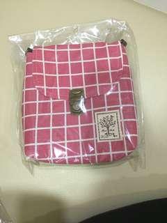 🚚 粉色格子側背包