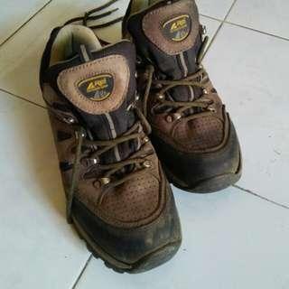 Sepatu gunung REI