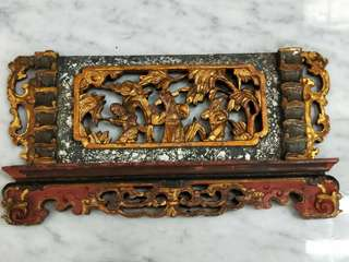 老花板。Old gold leaf wood carving.