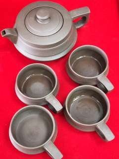 A set of Yi Xing teapot. 宜兴紫砂壶一套。