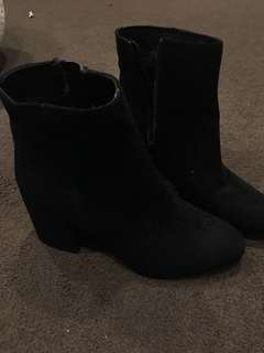 NEAR NEW black boots
