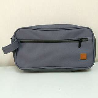 HUGO BOSS 旅行化粧袋 (男女合用)  HUGO BOSS PARFUMS BAG / MAKEUP COSMETIC BAG CASE / TOILETRIES POUCH GREY NYLON ZIPPERS TOP CLOSURE (unisex)