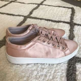 Guess walking shoes. Satin pink size 38