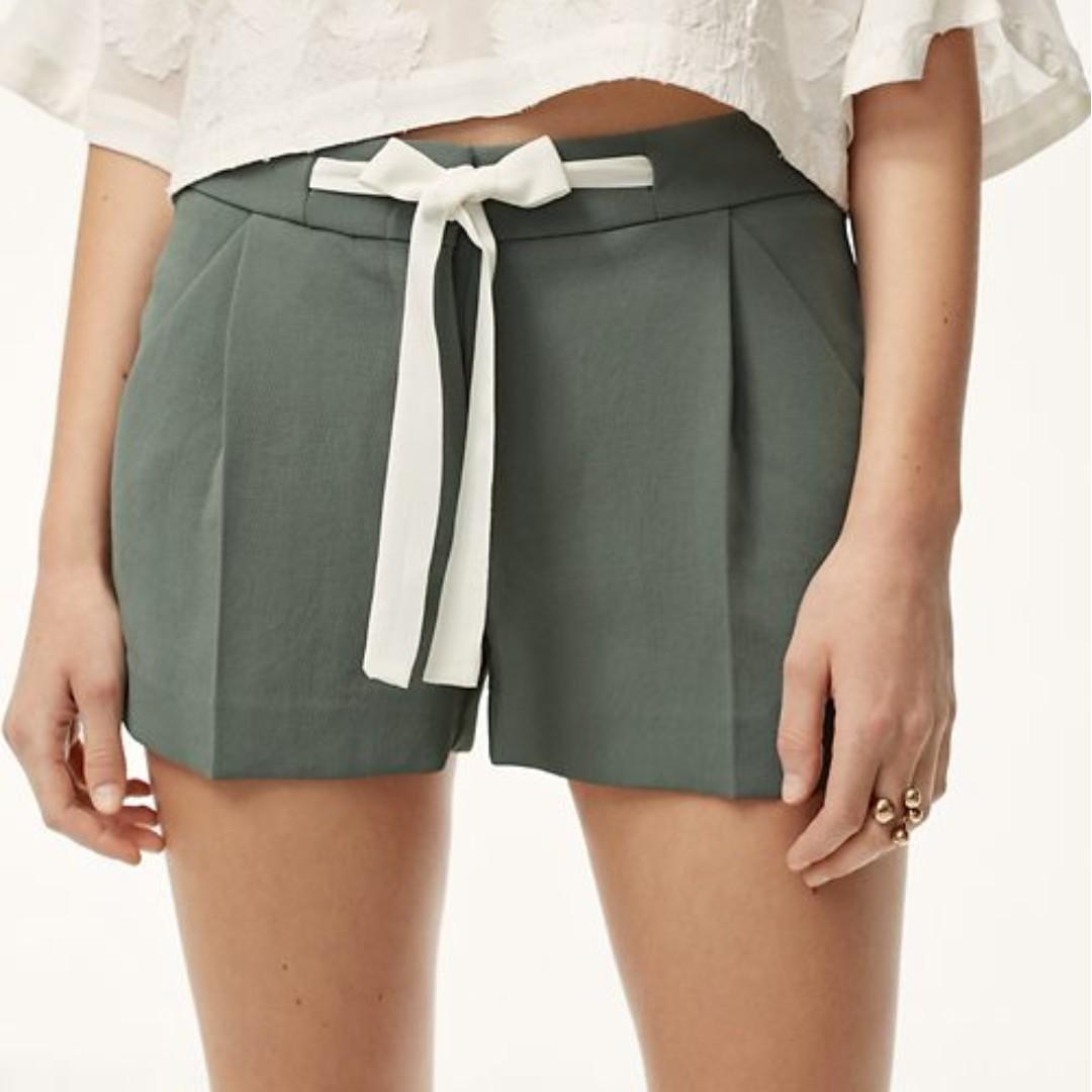 Aritzia Wilfred khaki green short with white belt straps. BNWT Size 4. Linen