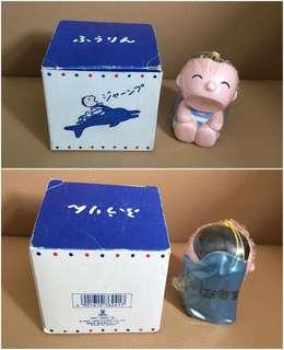 ** 分享 ** Sanrio Minna No Tabo 大口仔 1989 年 人形陶瓷吊吹氣海豚風鈴 (Made in Japan)