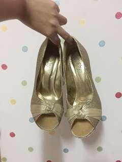 Peep toe pumps / stilettos!