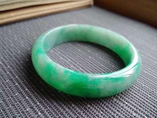 57圈口57.2*14.7*6.8mm特惠。冰糯種飄陽綠寬邊手鐲。存在細微石紋不影響佩戴,編號1244