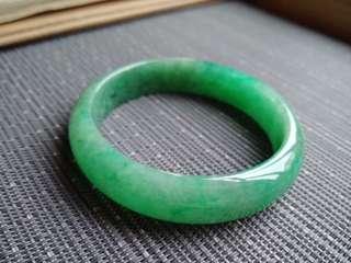 56圈口56.0*13.8*6.0mm特惠。冰糯種滿色豆陽綠寬邊手鐲,存在小紋不明顯。編號0015