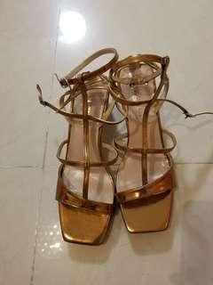 超型金色涼鞋