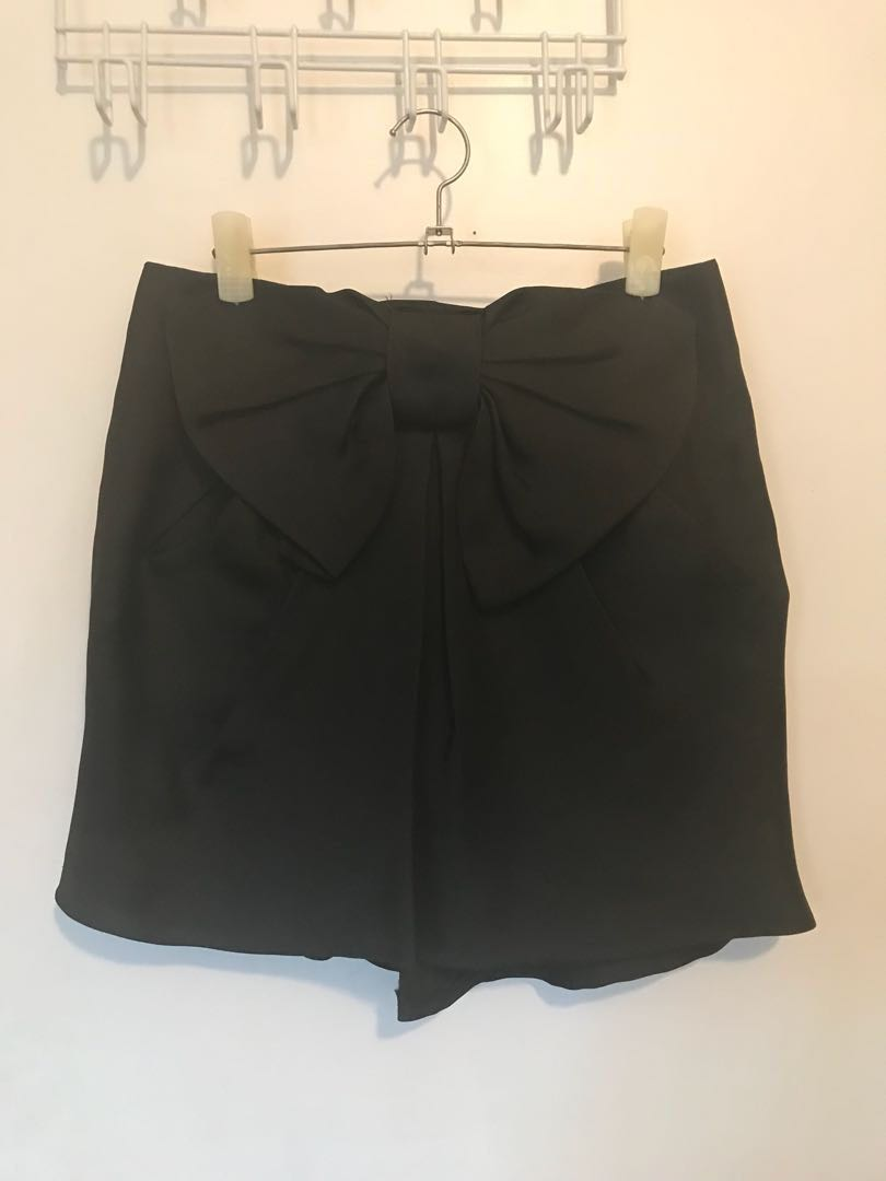 Black skirt with bow detail