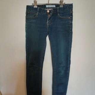 深藍色窄管牛仔褲