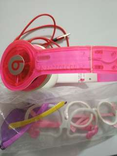 Headphone warna pink dan kacamata
