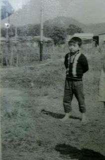 想留也留不住的童年!懷念赤脚在草地上奔跑的無憂歲月!  拍攝於70年代初的上水菜園村(位置約於現在的上水街市)