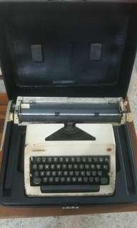 OLYMPIA VINTAGE TYPEWRITER (1974)