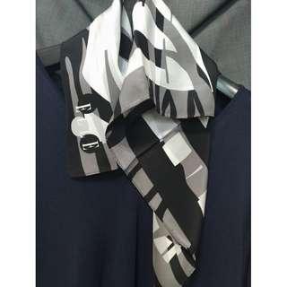 🚚 ELLE抽象字母絲質方巾