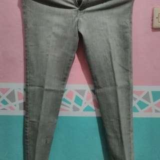 Celana jeans abu-abu