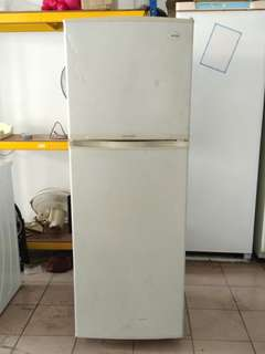 Samsung too door fridge...We give one month warranty if Anny problem we change or repair body condition 80% good Working condition 100% good You can call or SMS whatsup 01131838436