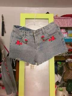 🚚 玫瑰牛仔短褲