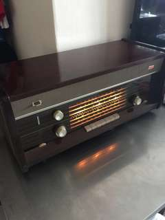 Vintage  Philips Radio set  old time memories still in good condition  Rare Rare pcs 👍👍👍😀😀😀😜😜😜From 1947 over 70 yrs made in Holland For  sharing n sell  rare set 👍👍👍😀😀😀